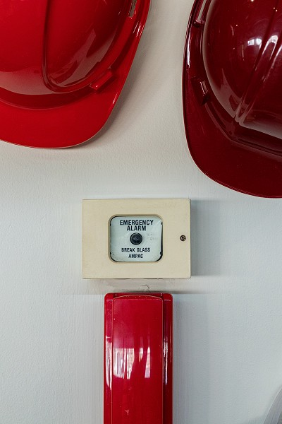 2 casques de protection rouges et 1 alarme
